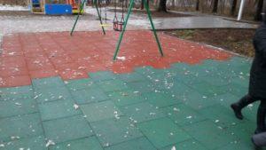 Резиновая плитка на детской площадке 30
