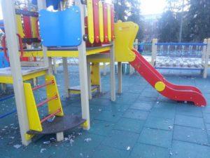 Резиновая плитка на детской площадке 23