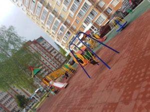 Резиновая плитка и детский игровой комплекс