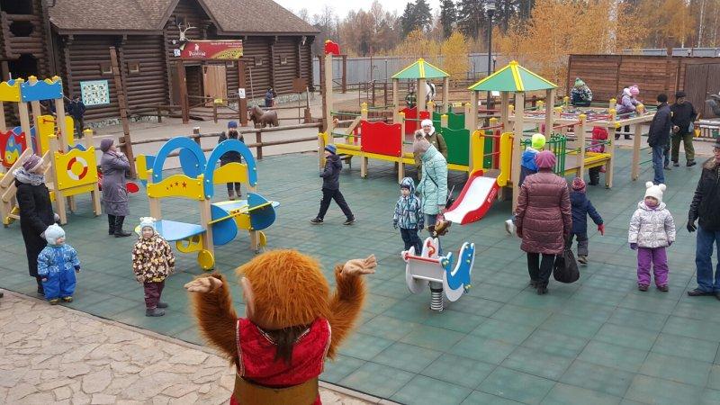 Детская игровая площадка с резиновой плиткой на полу в зоопарке Ижевска